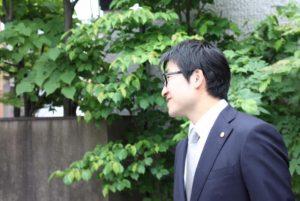 スーツを着た自身のバストアップの写真